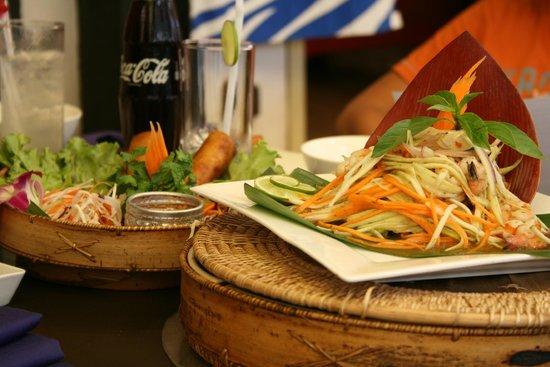 Cambodian BBQ Restaurant: entrée : sping rolls et salade de mangue