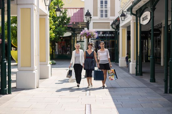 Designer Outlet Parndorf: Shopping in 130 Designerstores