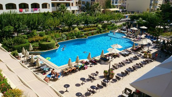 Theartemis Palace Hotel: Pool on the main building side