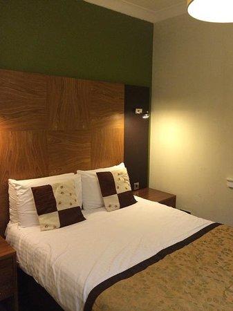 Acorn Hotel: bed