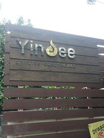 Yindee Stylish Guesthouse: Da strada
