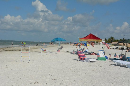 The Neptune Resort: Hotel guests getting ready for July 4th on the beach!