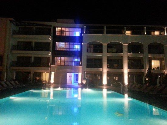 Albatros Spa Resort Hotel: hotel Albatros et sa piscine principal vu de nuit