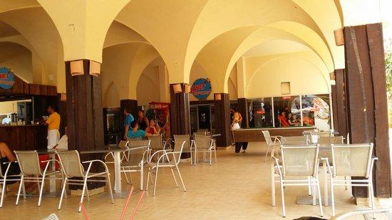 Club Marmara Dahlia : Le bar principal face à la piscine