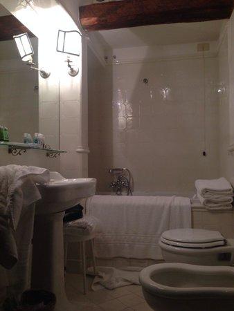 Torre Di Bellosguardo: Our bathroom