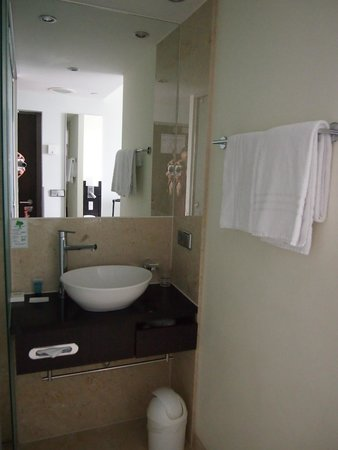 Park Inn by Radisson Berlin Alexanderplatz: Single room bathroom