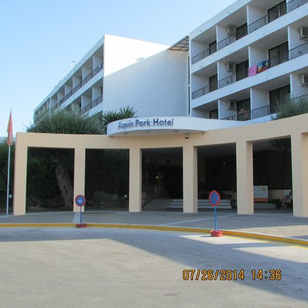 Aquis Park Hotel : Hotel entrance.