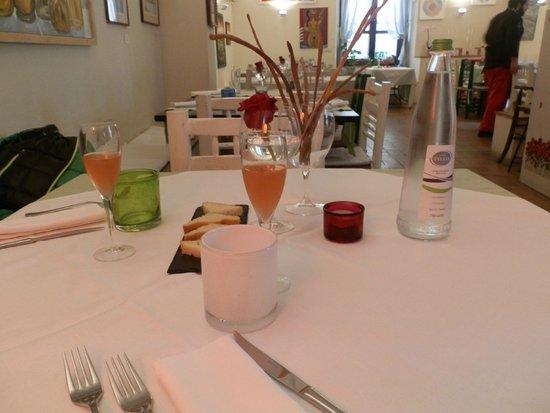 Cuore Piccante: Grissini fatti da loro e tavolo