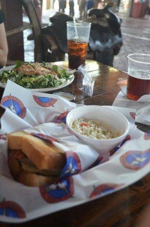 Trail Boss Burgers : panino e insalata