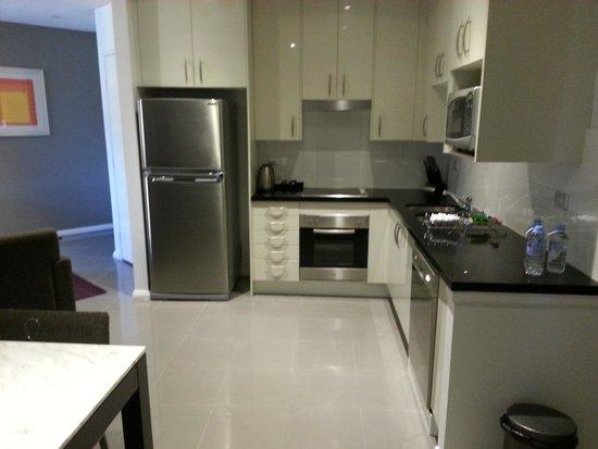 Meriton Serviced Apartments, Waterloo: kitchen