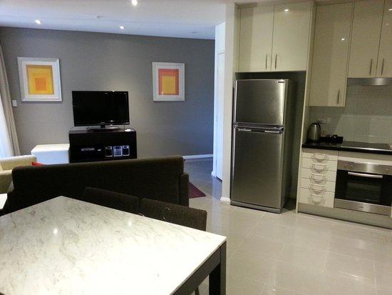 Meriton Serviced Apartments, Waterloo: dining lounge kitchen