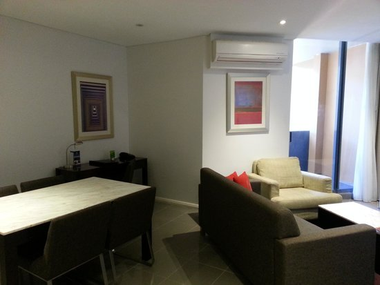 Meriton Serviced Apartments, Waterloo: lounge and dining