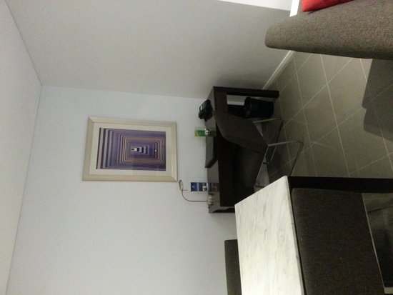 Meriton Serviced Apartments, Waterloo: desk