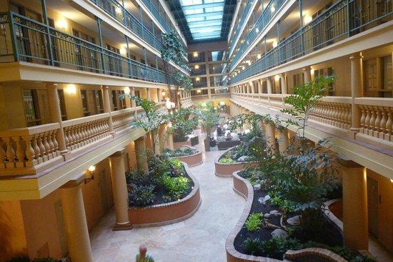Embassy Suites by Hilton Hotel Los Angeles International Airport South: Vue du hall d'entrée