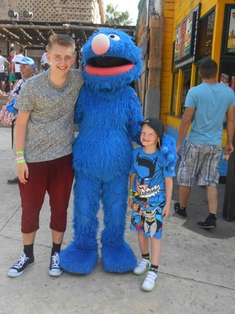 PortAventura Park: Alex and Rhys with Grover.