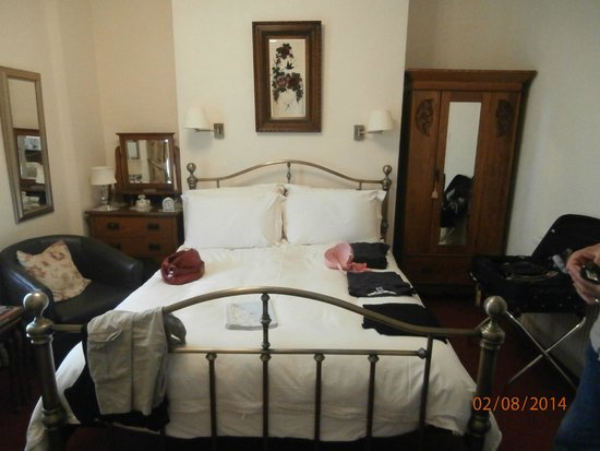 Filey Grange Guest House : spacious bedroom.