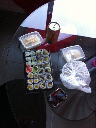 He's Sushi : Menu b15 (soupe salade et makis) + boisson + boules de coco : 15,5€