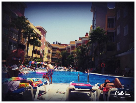 Hotel Costa Caleta: Pool through out the day