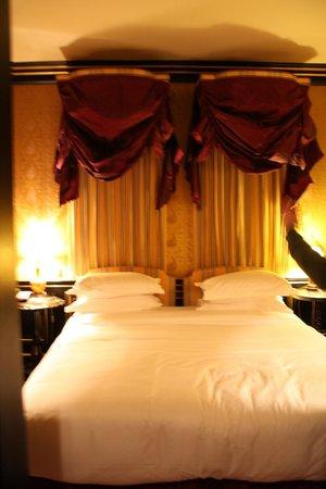 L'Hotel: Bedroom