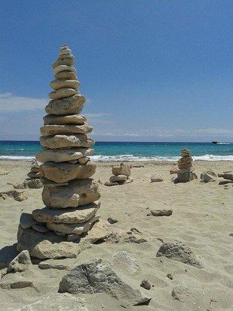 Plage de Ses Illetes : piramidi di sassi sulla spiaggia