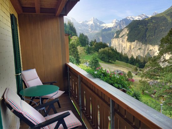 Hotel Alpenrose Wengen: Valley view from room