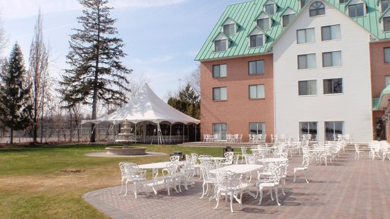 Chateau Vaudreuil: many outdoor seating areas around the hotel