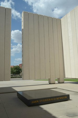 John F. Kennedy Memorial Plaza: monumento