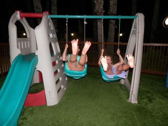 Cavo Maris Beach Hotel: Детская площадка