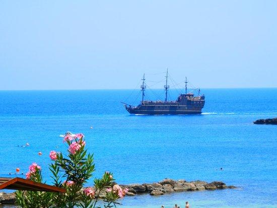 Cavo Maris Beach Hotel: Иногда с балкона можно увидеть пиратский корабль