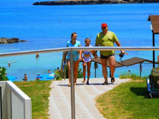 Cavo Maris Beach Hotel: Пляж в очень комфортной доступности