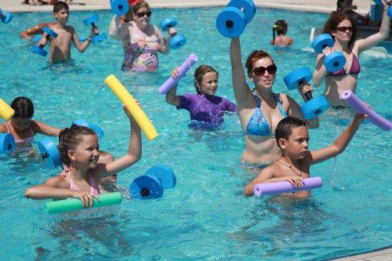 Cavo Maris Beach Hotel: Аквааэробика нравится и взрослым и детям