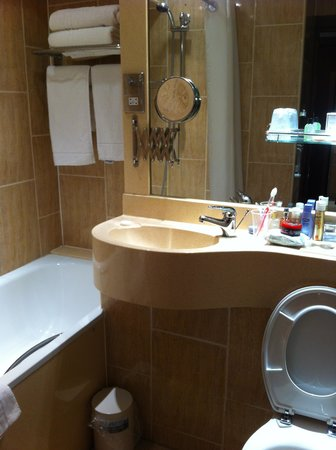 The Liner Hotel: Small but very clean bathroom