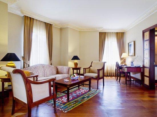 Eresin Crown Hotel Sultanahmet: Suit room sitting area