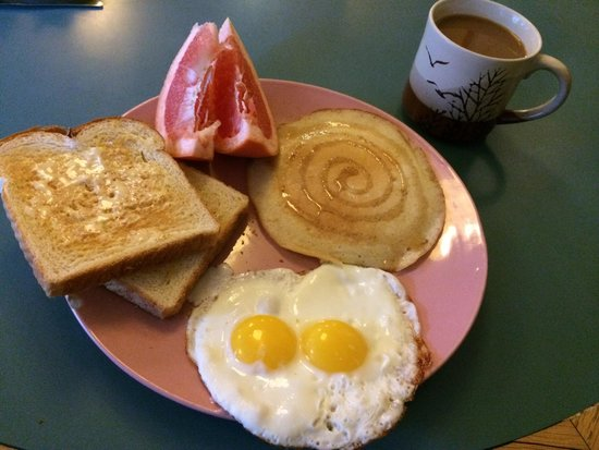 The Green Tortoise Hostel: Breakfast included? Yes please!!!