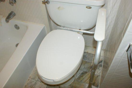 Howard Johnson Inn - Historic ST. Augustine FL: bathroom