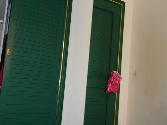 Mundial Club Hotel: Дверца скафа слева и входная дверь справа