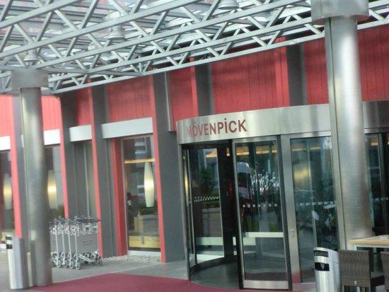 Movenpick Hotel Zurich-Airport: ホテル玄関