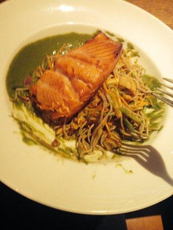 Earl's Restaurant: Test menu salmon salad