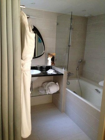 Best Western Le Jardin de Cluny : reasonably shower, ventilated room