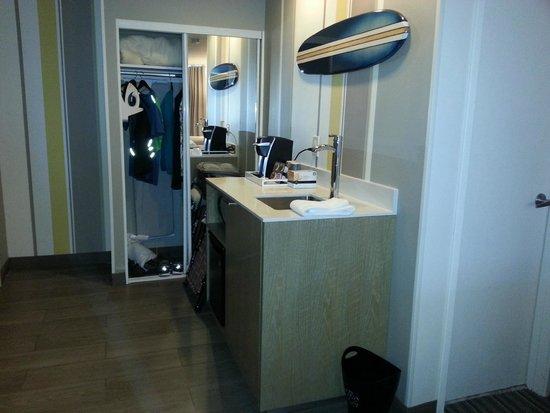 Blue Sea Beach Hotel: Nice fridge, sink, coffee maker in the room