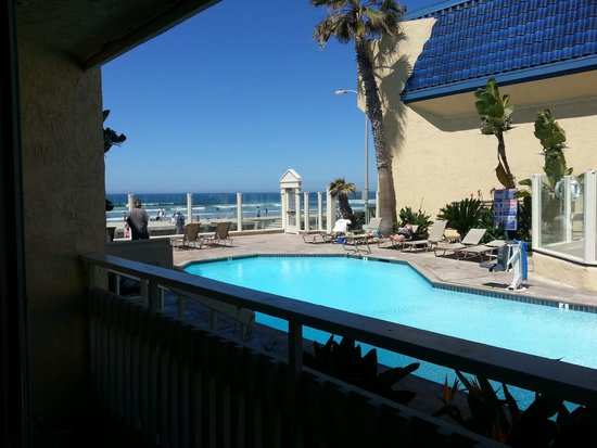 Blue Sea Beach Hotel: View of the pool from the room