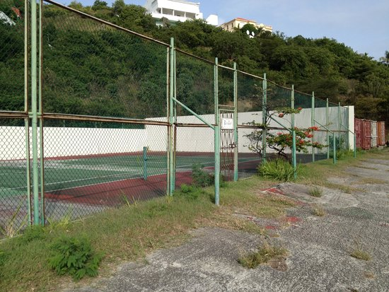 Belair Beach Hotel: Decommissionad Tennis Court