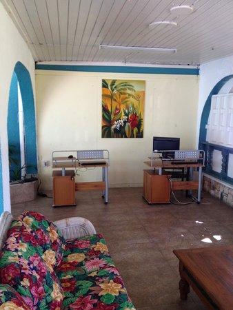 Belair Beach Hotel: 1-of-2 Operating Internet PCs