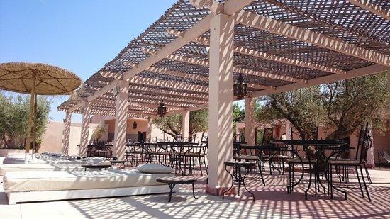 La Maison des Oliviers: Pool side dining area