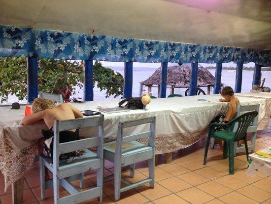 Regina's Beach Fales: dinning room