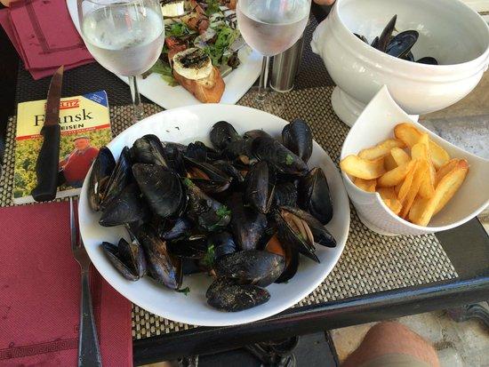 Hotel Les Jardins de Sainte-Maxime : Ute på en restaurant i Saint-Tropez.