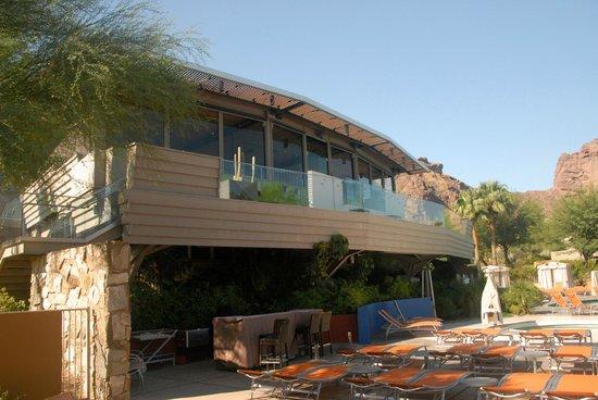 Sanctuary Camelback Mountain: Elements restaurant overlooking pool