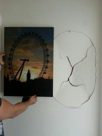 أبوتس هاوس هوتل: Buco nel muro coperto da quadro... neanche troppo ben coperto