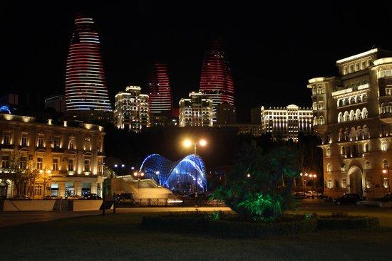 Baku, Azerbaijan: Синим светится вход в фуникулер.