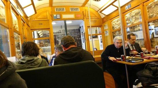 28 cafe: Binnen is het net tram 28